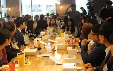 지난 30일, 일자리 카페 1호점(미디어카페 `후`)에 모인 청년들이도시락토크에 참여하고 있다