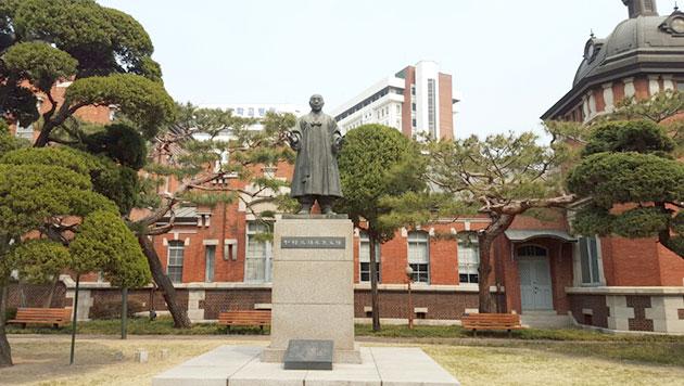 야외에 설치된 지석영 동상