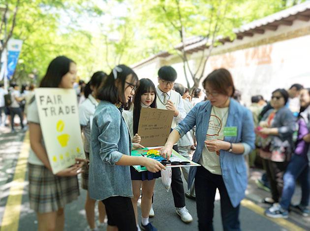 퀴즈를 내거나 팔찌를 파는 공정무역 고등학생 동아리들