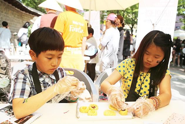 아시아공정무역 네트워크 부스에서 쿠키 체험도하고 공정무역을 배우는 아이들