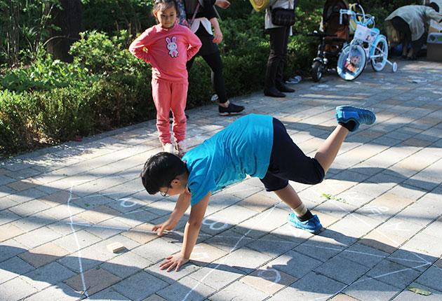 추억의 `사방치기` 놀이를 하는 아이들