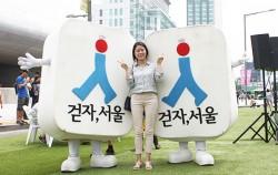 케이컬처페스티벌에 참가한 대학생 이연수(23) 씨가 `걷자, 서울` 캐릭터 인형과 기념촬영을 하고 있다