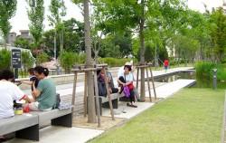 연남동 경의선숲길공원에 시민들이 앉아 더위를 식히고 있다