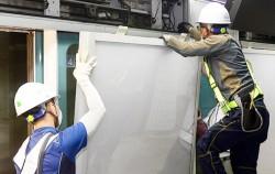 승객 안전을 위해 스크린도어에 설치된 광고판을 철거하고 비상문으로 교체하는 작업을 하고 있다ⓒ뉴시스