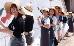 `동물원 700벽화거리` 프로젝트에 참여하고 있는 학생 자원봉사자들