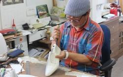 전태수 수제화장인이 라스트(신발을 만드는 발 조형물)를 깎고 있다