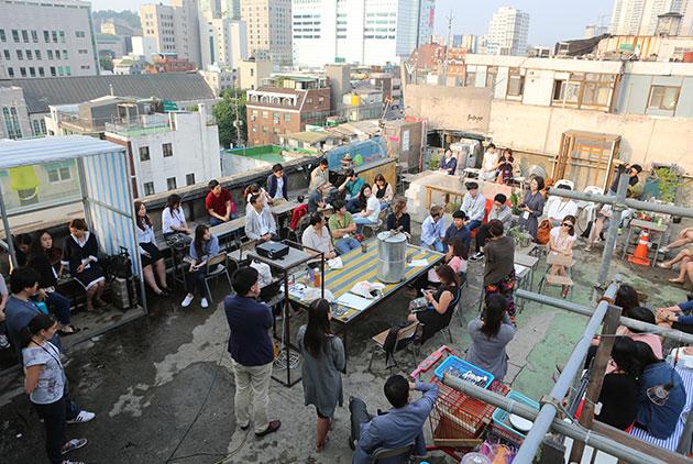 둘째날, 서울의 혁신공간을 둘러본 후 동대문 옥상낙원에 모여 이야기를 나누는 참가자들