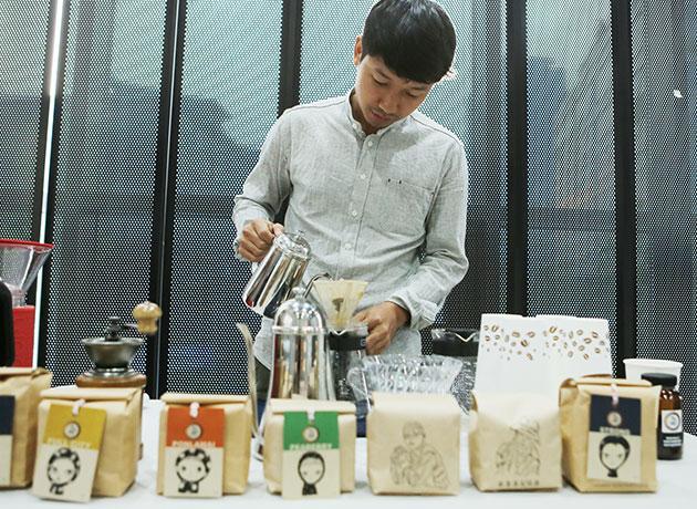 아유 리 씨, 핸드드립 커피를 제조하고 있다