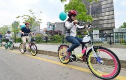 지난 5월, 시민들이 패션따릉이를 타고 청계천 한빛광장을 달리고 있다
