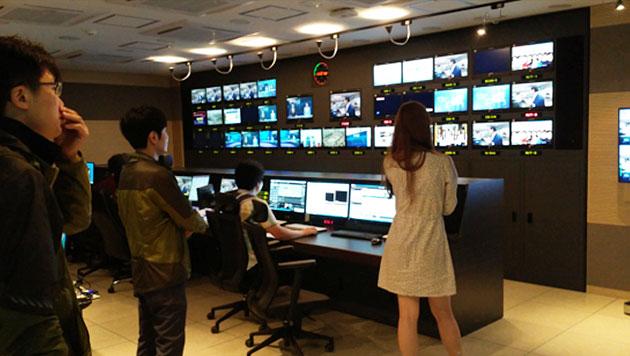 교통방송 직원들이 스튜디오를 찾은 박원순 서울시장을 화면으로 지켜보고 있다