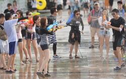 2015 한강몽땅 여름축제에서 물총놀이를 즐기는 시민들ⓒ뉴시스
