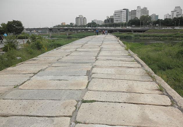 돌로 지어진 살곶이다리는 조선시대 초기에 지어진 유형문화재다