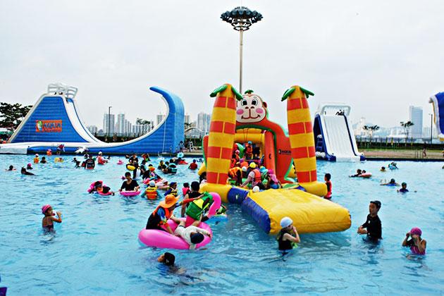 잠실한강수영장에서 어린이들이 즐거운 시간을 보내고 있는 풍경