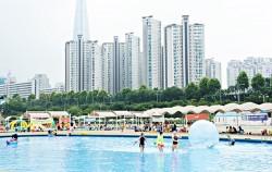 잠실의 초고층 빌딩을 배경으로 수영을 즐길 수 있는 잠실한강수영장