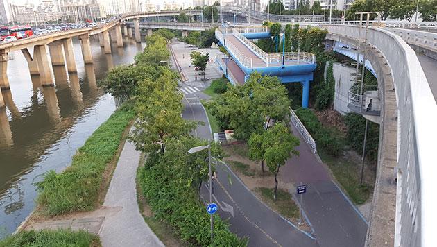 강북한강시민공원에서 마포대교 자전거길로 진입할 수 있는 램프의 모습