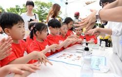어린이들이 감염병 예방을 위한 올바른 손씻기를 배우고 있다.ⓒ뉴시스