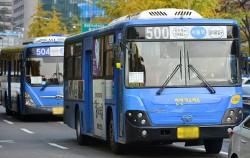 승객과 버스와의 접촉 사고 방지를 위해 실외후시경(사이드미러)에 스티커를 부착한 버스ⓒ뉴시스