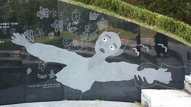 `대지의 눈`에 새겨진 故 김순덕 할머니의 그림 `끌려감`