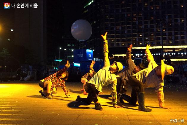 역동적인 댄스, 한국 타악기, 농부들의 움직임이 함께 어우러진 작품 `내 땅의 땀으로부터`ⓒ김수정