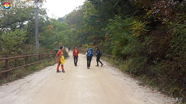 마사토로 편안한 우이령길을 도란도란 걷고 있는 탐방객들 ⓒ최용수