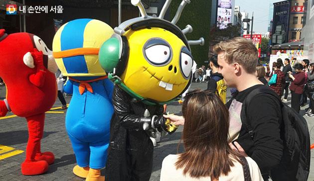 지난해 명동 재미로에서 열린 `재미로놀자 축제` 퍼레이드 모습