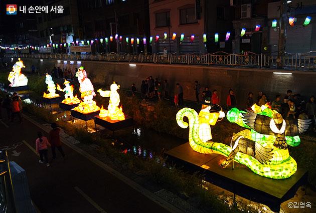 방학천변을 따라 다양한 등(燈)들이 수놓은 도봉등축제 ⓒ김영옥