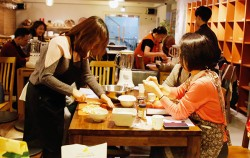 `공정무역 시민대학`이 진행한 요리 워크숍에서 공정무역 브런치를 만들고 있는 참가자들 ⓒ이현정