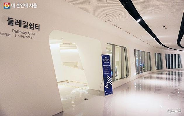 동대문 DDP 배움터 3층에서 열리고 있는 전시 ⓒ김윤경