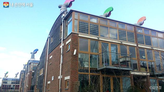 영국 베드제드 주거단지, 지붕 위 환풍기로 바람을 순환시켜 사용한다. ⓒ윤연정