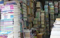 탑처럼 쌓인 책들로 가득한 청계천의 어느 헌책방 모습 ⓒ박분