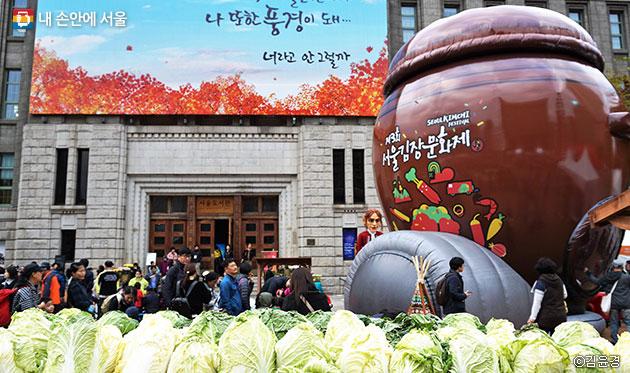 서울광장 앞, 대형 항아리와 가득 쌓인 배추가 정겹게 느껴진다.ⓒ 김윤경