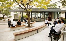 서울시 서소문청사 건물들 사이에 둘러싸인, 작은 쉼터 같은 카페 `뜨락` ⓒ이현정