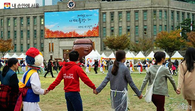 김장 이후 다 같이 손을 잡고 강강술래를 하며 축제를 즐겼다 ⓒ김윤경