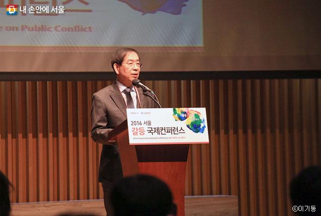 서울 갈등 국제컨퍼런스에 참여 중인 박원순 서울시장 ⓒ이기동