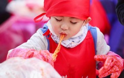 1월 4일 서울광장에서 열린 서울김장문화제에서 한 어린이가 김장 김치를 먹고 있다.ⓒ뉴시스