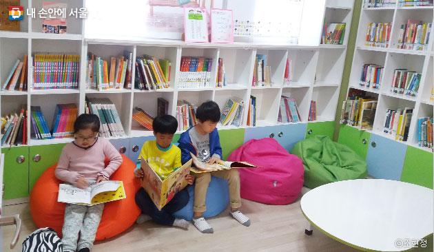 해다미도서관에서 독서삼매경에 빠진 아이들 ⓒ조현정
