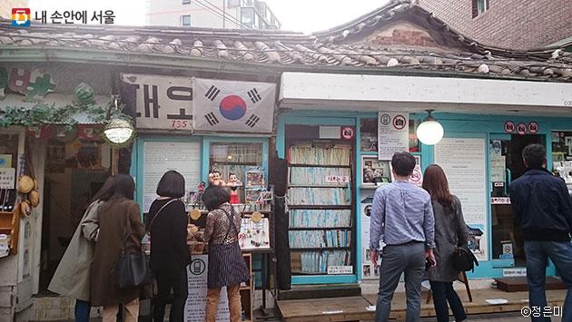서촌에 위치한 서울에서 가장 오래된 서점 `대오서점` ⓒ정은미