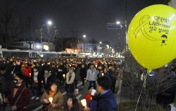 촛불을 들고 평화롭게 행진하는 시민들 모습 ⓒ이상국
