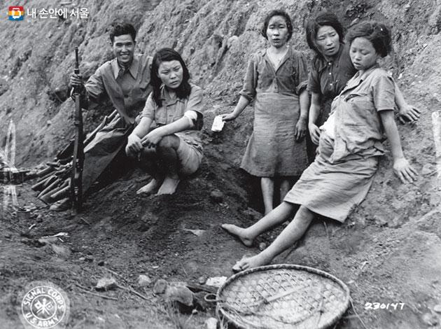 연합군이 송산 위안소에서 살아남은 `위안부`들과 찍은 사진. 오른쪽 임신한 여성이 박영심이다. 아이는 곧 사산됐다고 한다.