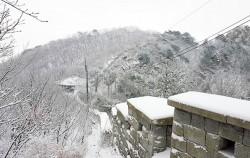 탕춘대성 성곽길을 걸으면 족두리봉 등 북한산의 풍광을 만끽할 수 있다 ⓒ최용수