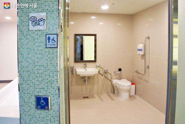 장애학생을 위한 편의시설에 신경 쓴 밀알학교 화장실 내부