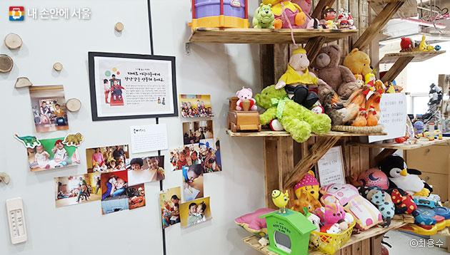 다른 나라 어린이들에게 기부한 장난감과 기뻐하는 아이들 사진들 ⓒ최용수