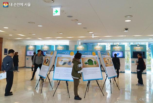 누리꿈스퀘어 비즈니스센터 국제회의실 복도에 전시된 발명품들을 시민들이 관람하고 있다. ⓒ방윤희
