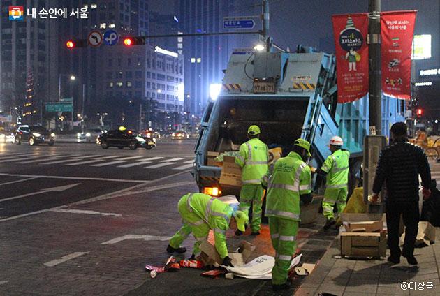 집회가 끝나고 신속하게 거리를 정비해 나가는 서울시 환경미화원들 ⓒ이상국
