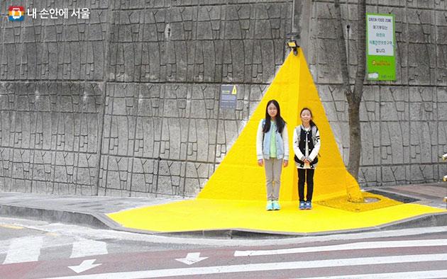 운전자가 어린이보호구역을 쉽게 인지할 수 있도록 한 옐로카펫