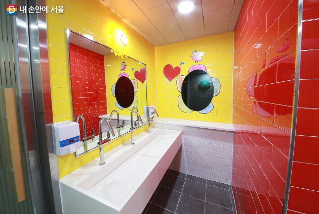 해 모양의 조명과 아이들의 그림을 적용해 한결 밝아진 구로초등학교 화장실