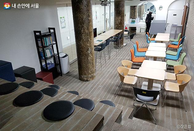 창업에 관심 있는 대학생 및 일반인을 위한 다양한 프로그램을 운영중인 서울창업카페 내부 ⓒ장은희