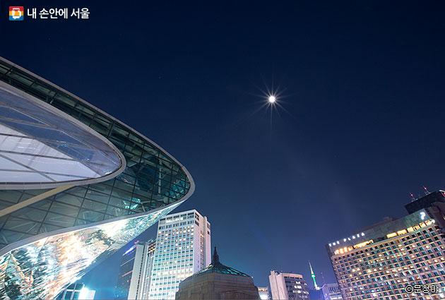 달빛을 머금고 더욱 빛나는 서울시청과 인근 빌딩ⓒ문청야