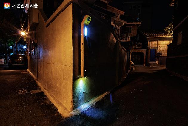 중곡3동 `모둠지기` 구성 중 하나인 `솟을대문`(블랙박스 카메라, 비상부저, 경광등, LED 조명, 문안 순찰판 등의 기능을 갖추고 있다)