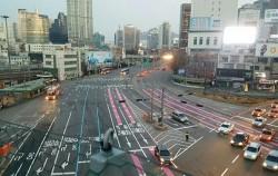 교차로 사고를 줄여주는 분홍색 주행유도선